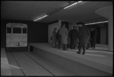4966-2 Bezoekers staan in een van de houten 1-op-1-modellen van een metrostation, die zijn gebouwd op het terrein van ...