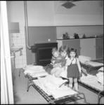 4968-1 Leidster Kinderbewaarplaats Margriet met kinderen bij aantal veldbedden.