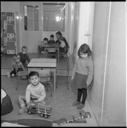 4968-2 Leidster Kinderbewaarplaats Margriet en zeven kinderen in speelkamer.