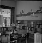 497 Interieur van de jeugdafdeling van de Gemeentebibliotheek op de hoek van de Mariniersweg en de Vogelenzang.