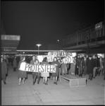 4971 Protestgroep met spandoeken op de Lijnbaan in verband met moord op Congolese premier Patrice Loemoemba [of Lumumba].