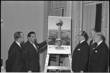 4980-1 Presentatie van een 'Euromast'-affiche, na 30 jaar de eerste affiche van en voor de VVV-Rotterdam.