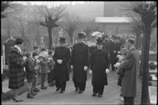 4991-1 Plechtigheid bij de begrafenis van de vermoordde Marcel Nivard op de Rooms-katholieke begraafplaats aan de ...