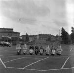 5-2 Op een parkeerterrein aan de Kruiskade, tegenover bioscoop Lutusca, naast de Rotterdamse Schouwburg, poseren acht ...
