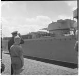50 Een individueel saluut bij het vertrek van de Russische kruiser Sverdlov uit Rotterdam.
