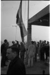 5015 Monteur Ton van der Meer en stukadoor Jan van Meel hijsen de vlag op het hoogste punt van de nieuwbouw van hotel ...