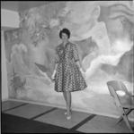 5016-4 Model in jurk met zoom tot op de knie.