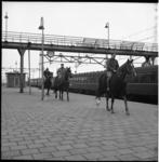 5031 Russische ruiters te paard stappen over het perron van station Hoek van Holland.