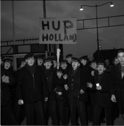 5032-1 Jonge matrozen-in-opleiding van het schip 'de Nederlander', met bord 'Hup Holland'.