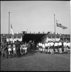 5035 Junioren hijsen hun clubvlaggen bij de nieuwe voetbalvelden- en onderkomens van de voetbalverenigingen Groen-Wit ...