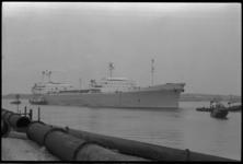 5056 Shell-tanker Sitala op de rivier, begeleid door sleepboot.