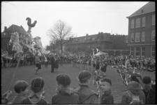 5063 Padvinders met Palmpasen-stokken verzamelen zich op een plein.