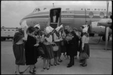 5067 Kaasmeisjes vertrekken van vliegveld Schiphol naar corso in Nice ter promotie van zuivelproducten.