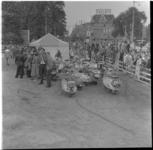 51-1 Geparkeerde scooters op terrein bij de Kruiskade. Tegenover noodbioscoop Lutusca. Er werd voor 80 scooterrijders ...