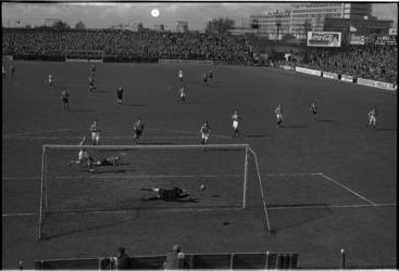 511-2 Spelmoment uit de voetbalwedstrijd Sparta - Willem II, gefotografeerd vanaf de ingangstribune. Op de achtergrond ...