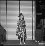 5112-1 Modeshow voor tieners in warenhuis de Bijenkorf.