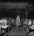 5112-2 Modeshow voor tieners in warenhuis de Bijenkorf.