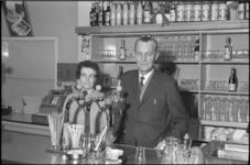 5120-2 Uitbaters van Hotel Café Restaurant Gebroeders van Kekem, de Pleisterplaats, achter de bar.