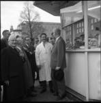 5128 Wethouder J.U. Schilthuis in gesprek met de exploitant van de patatkraam, de heer J. Homan, Coolsingel oostzijde.