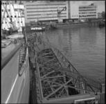 5142 Een torenkraan wordt vanaf een lichter naar het zeeschip Alnitak in de Lekhaven gebracht, op de achtergrond het ...
