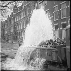 5161 ROTEB-vrachtauto raakt afsluitkraan op de Mathenesserlaan met wateroverlast tot gevolg.
