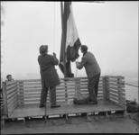 5163-1 Vlag in de opmet het bereiken van het hoogste punt van het in aanbouw zijnde van Ommerenpand aan de Westerlaan.