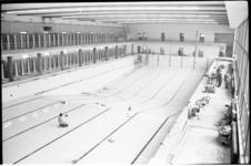 5167-1 Interieur zwemgedeelte tijdens afbouwperiode Sportfondsenbad Rotterdam-Zuid aan de Gooilandsingel.