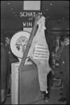 5188 Weegschaal met rund in kader van 'gewicht raden' tijdens slagersbeurs in AMVJ-gebouw.