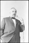 5189 Hans Tiemeyer praat tijdens culturele lunchpauzes met modinettes in de fabriek van Hertzberger aan de Sluisjesdijk.