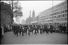 5191-1 Tamboers-, Pijpers en fakkeldragers van het Korps Mariniers op de Coolsingel tijdens de Stille Tocht naar de ...
