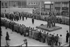 5191-2 Overzicht kranslegging Oorlogsmonument Stadhuisplein.
