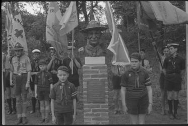 5203 Padvinders en Zeeverkenners met vlaggen rond het onthulde borstbeeld van Lord Baden Powell in het Park.
