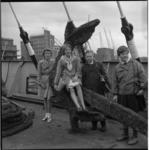 5205 Leerlingen van de lagere school in Callantsoog bij het door de gezagvoerder van de Dongedijk uit Canada ...