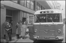 5207 Echtpaar Teekens naast de KLM-bus onderweg naar hun kinderen in Canada.