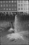 5208 Overzicht metrobouwdok Weena waar wethouder H. Bavinck de waterkraan heeft geopend.