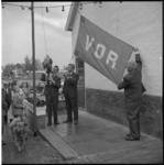 5210-1 Het hijsen van de vlag door eigenaar en groentehandelaar John van Ooyen bij de opening van de speeltuin en ...