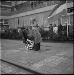 5211 De heer Ph.J.A. Quanjer en mevrouw A.F.Zwakhals-Smit leggen, namens de commissie Linker Maasoever Herdenking 4 ...