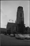 5212 Sint-Laurenskerk vanaf Grotekerkplein met op plein geparkeerde auto's.