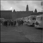 5215 Rijen autobussen op de Sint-Jacobsplaats in verband met dagtocht voor ouderen.