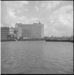 5216-1 Metrobouwput Weena, richting Hofplein, gevuld met water, op achtergrond het Shell-kantoor.