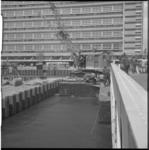 5216-2 Hijskraan op ponton in metrobouwdok Weena, ter hoogte van Stationspostkantoor.