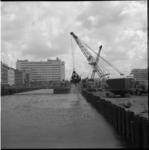 5216-3 Metrobouwput Weena, richting Hofplein, gevuld met water, op achtergrond het Shell-kantoor.