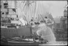 5274 Ladingbrand aan boord van het Liberiaanse schip 'Portalon' in de Merwehaven.