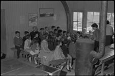 5280 Bijeenkomst Zondagsschool Lombardijen met een kolenkachel.