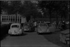5284 Vrijwilligers met auto's bij de Mytylschool aan de Gordelweg voor een dagje uit.