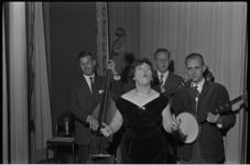 5285 Zangeres wordt begeleid door dixie-land musici in afdelingsfinale van d'Oprechte Amateur in de Blauwe Zaal van het ...