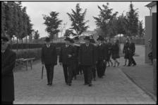 5289-1 Begrafenisstoet verlaat aula.