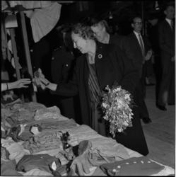 529-1 Mevrouw J. van Walsum opent op het Weena een bazaar van het Jeugd Rode Kruis, dat 10 jaar bestaat.
