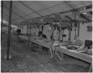 529-2 Interieur van de tent van het Jeugd Rode Kruis op het Weena.