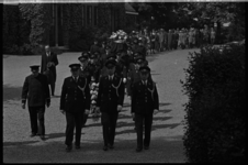5292 Overzicht van begrafenisstoet van politieman Moerman op begraafplaats met voorop geuniformeerde politiemensen en ...